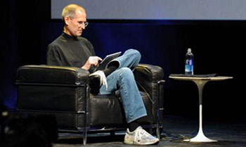 Steve-Jobs-with-iPad